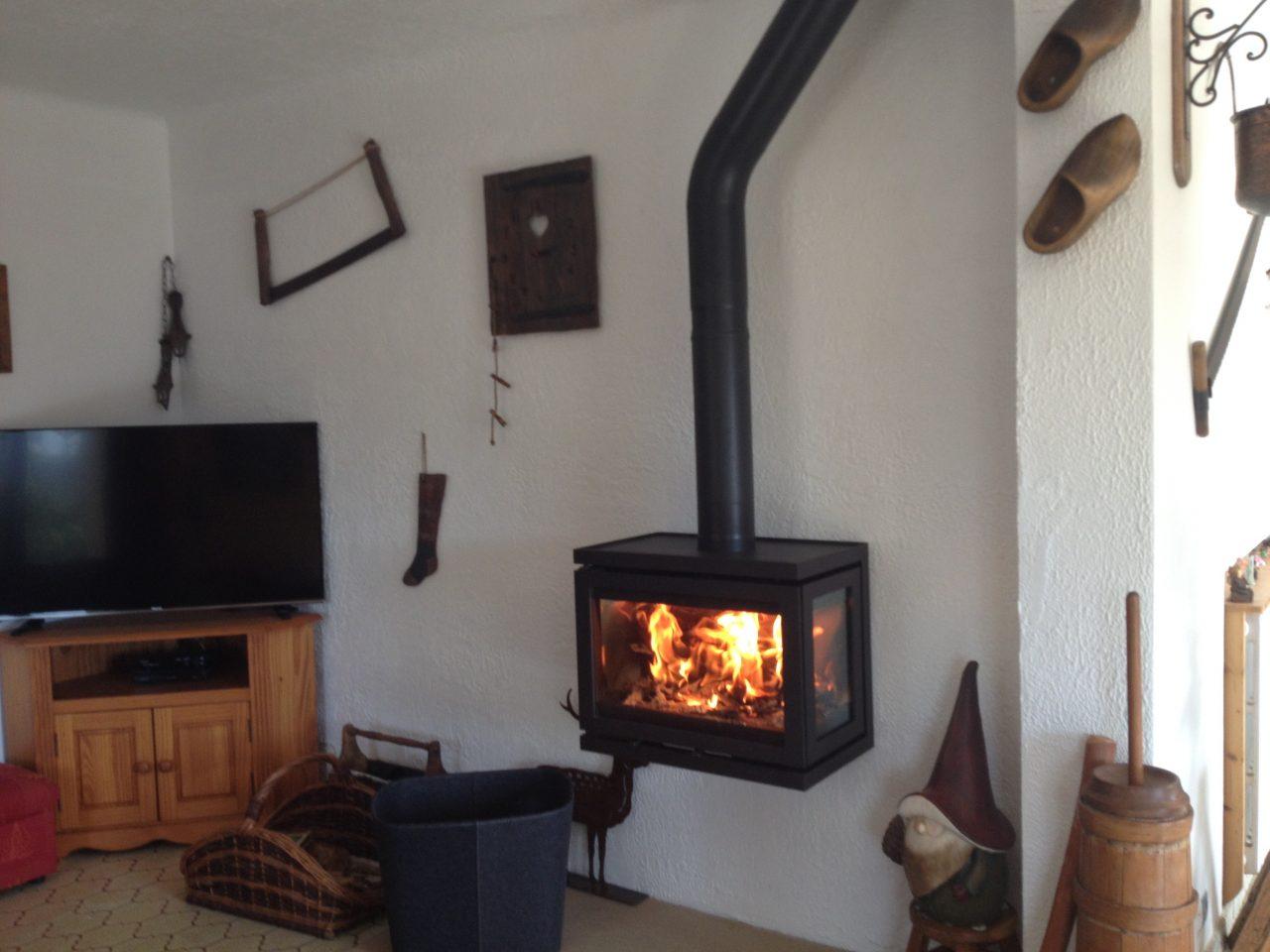 Installation d'un poêle suspendu à Gérolières-les-neiges